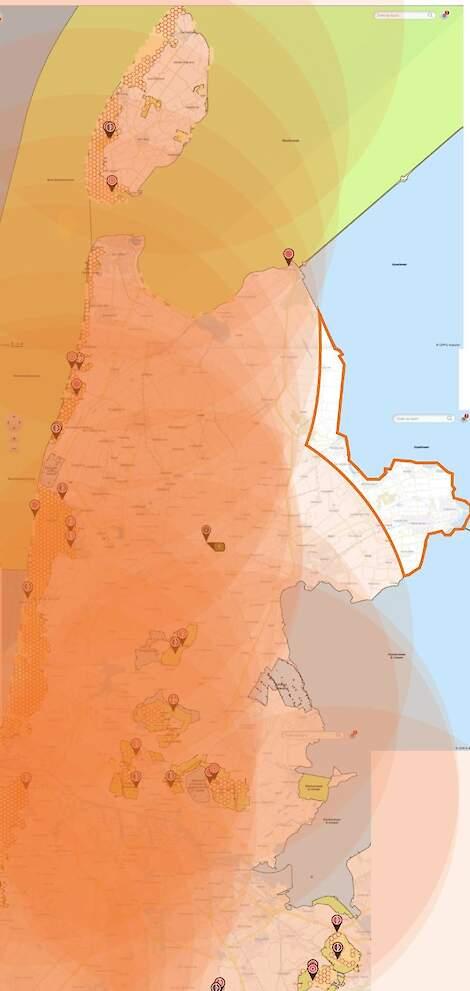 De kaart die Jack Rijlaarsdam via Aerius heeft gemaakt. Het witte gedeelte (binnen de oranje lijnen) valt buiten 25 kilometer van beschermde stikstofgevoelige natuur.